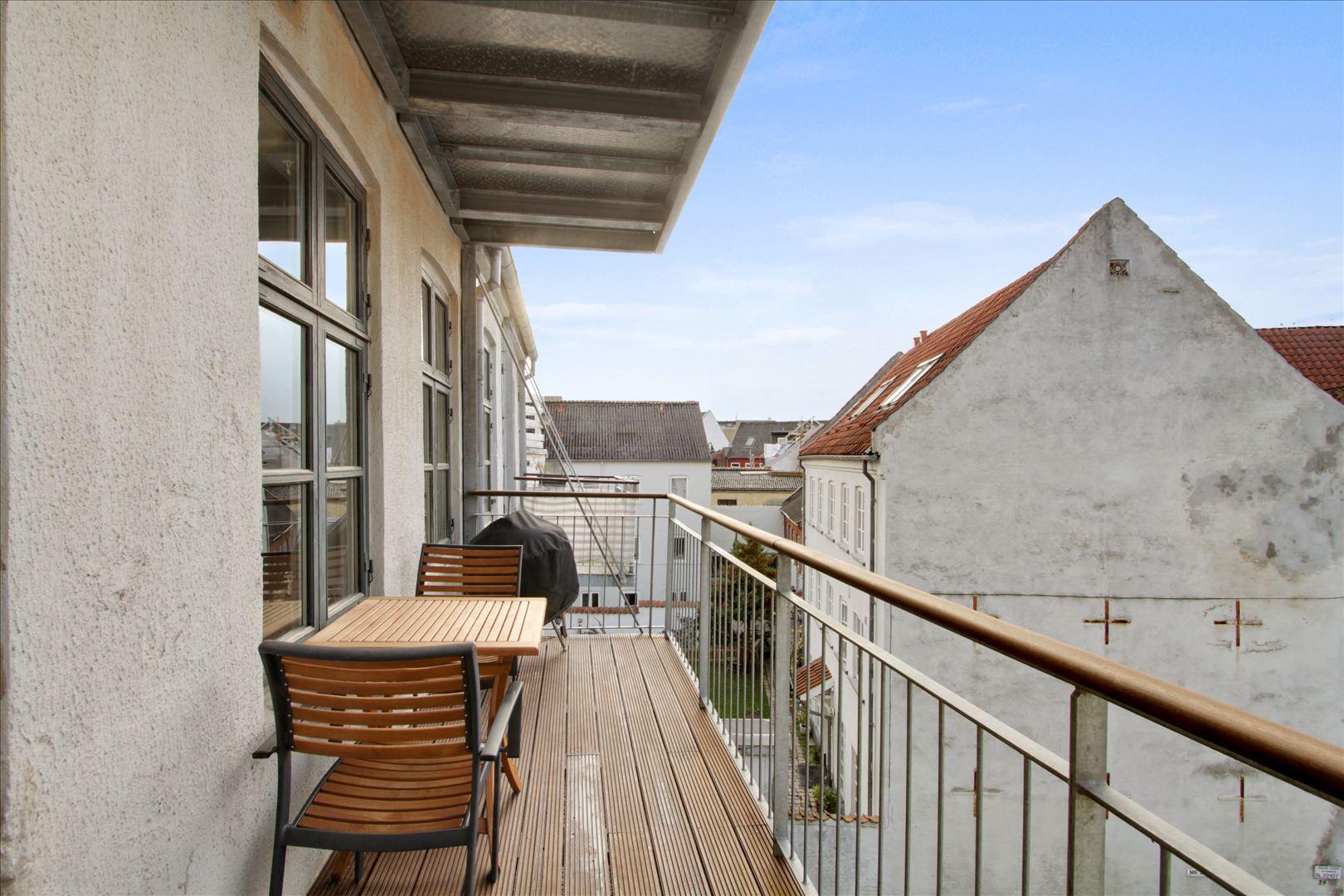 Dejlig bred altan med god plads. Om sommeren har vi en stor grill og stadig plads til et bord med 3 stole.