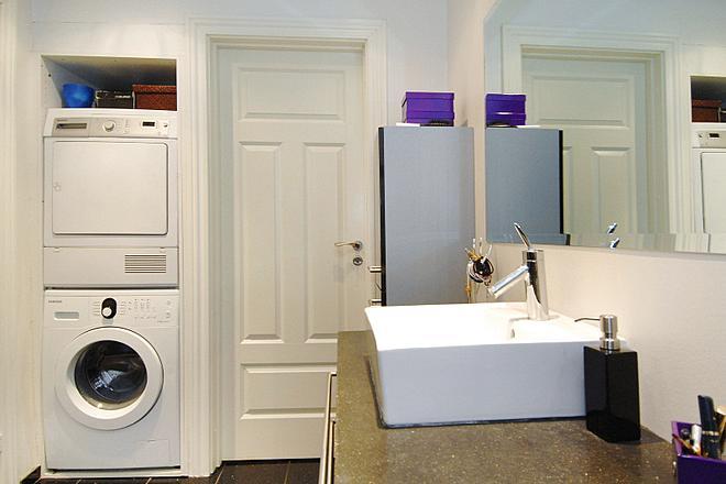 Indbygget vaskemaskine og tørretumbler på badeværelset for optimal udnyttelse af pladsen