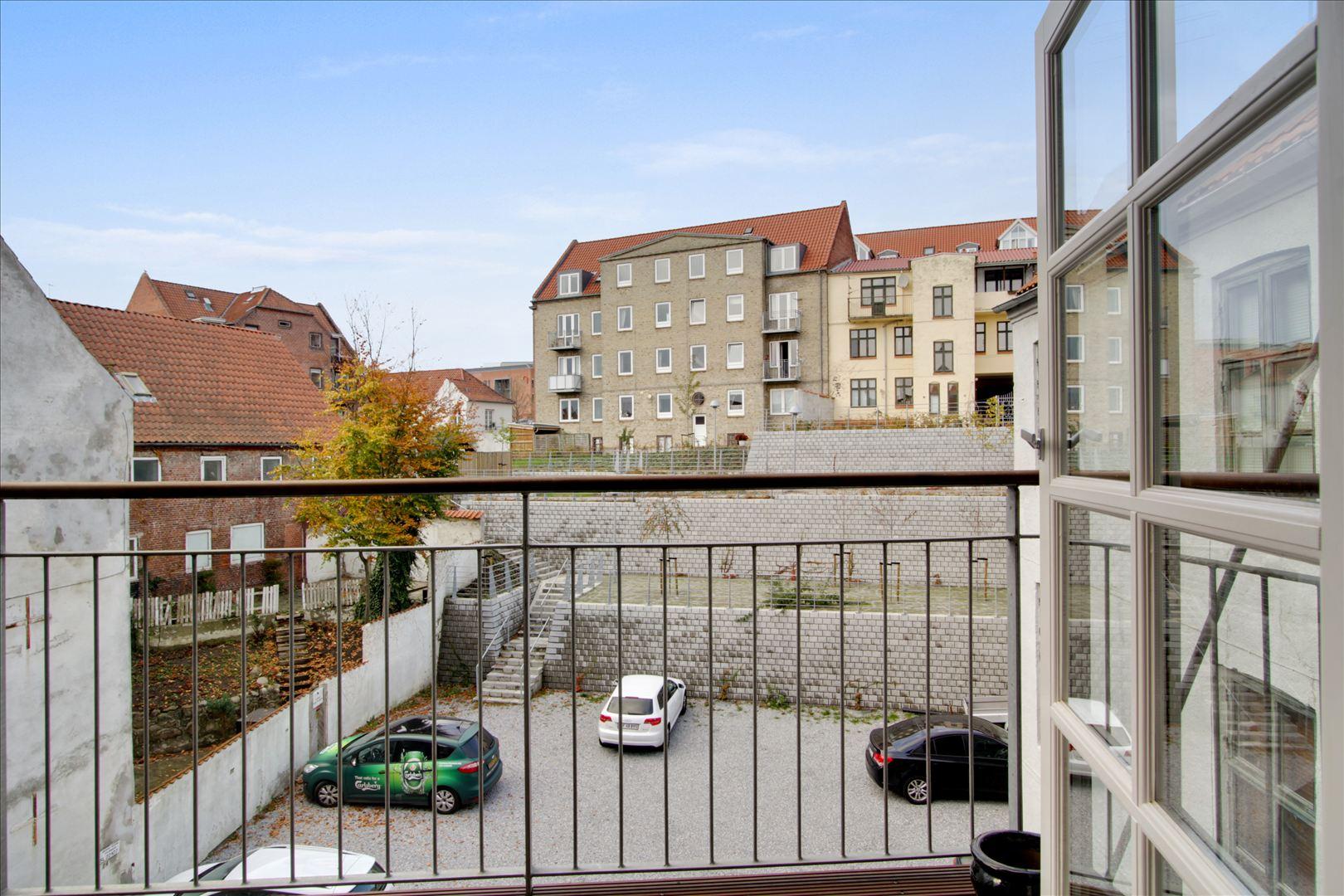 Nyrenoveret gårdmiljø med egen parkeringsplads. Baggården har været en del af et byfornyelsesprojekt i Randers Kommune og indenfor få år forventes en flot grøn baggård med legeplads til de mindste.