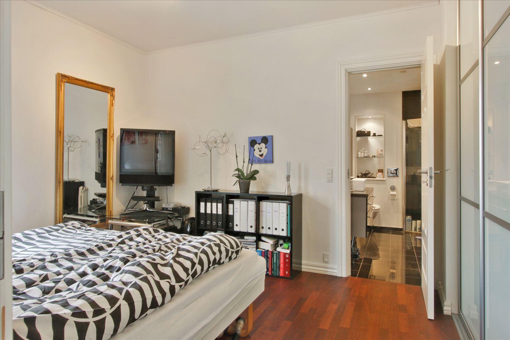 Soveværelse med direkte adgang til badeværelse.