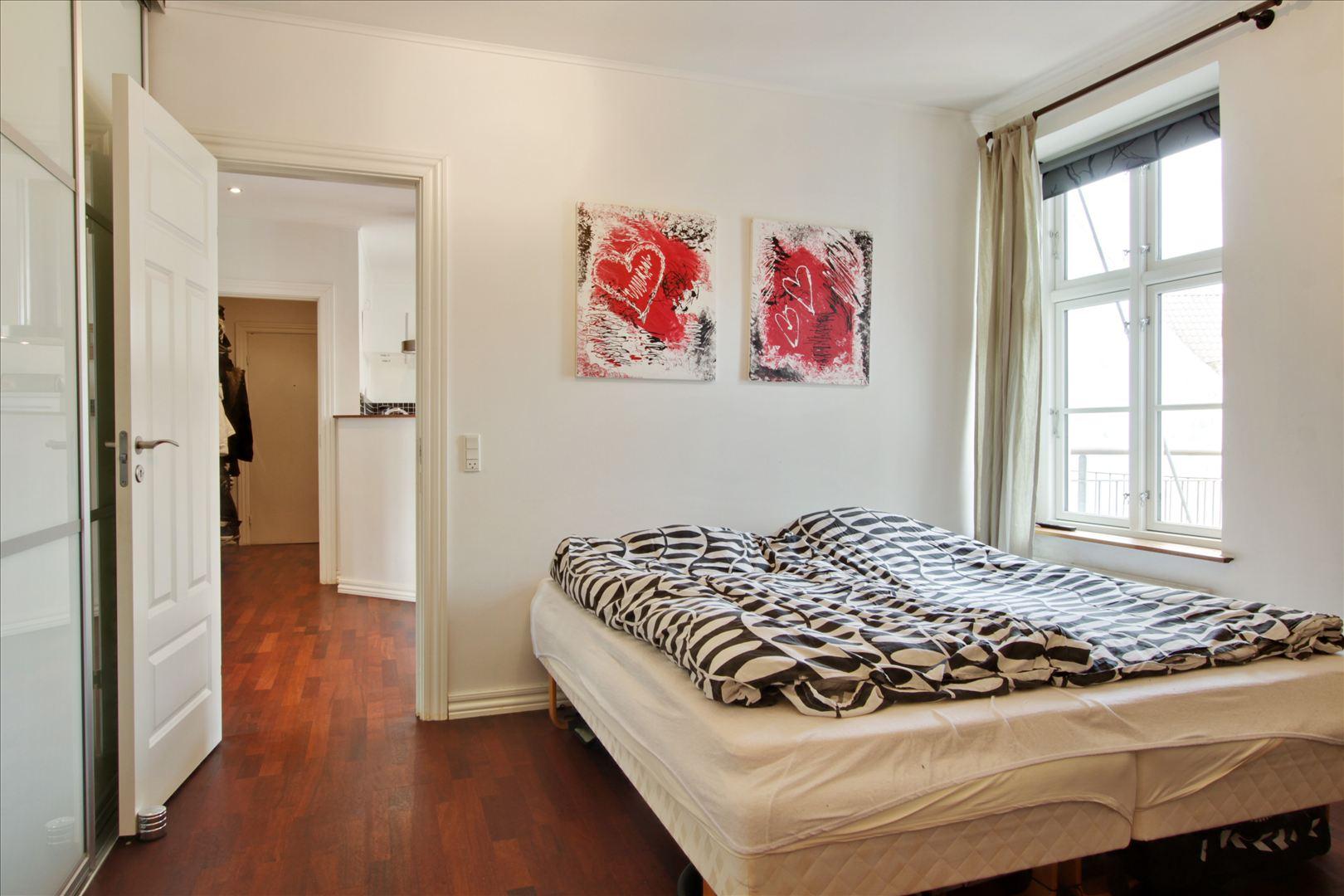 I soveværelset er der stort og godt indrettet indbygget skab med 3 skydelåger, hvor er der plads til masser af tøj og sko.
