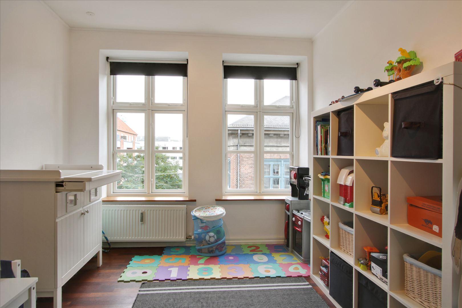 Stort værelse med godt lys og to helt nye vinduer.